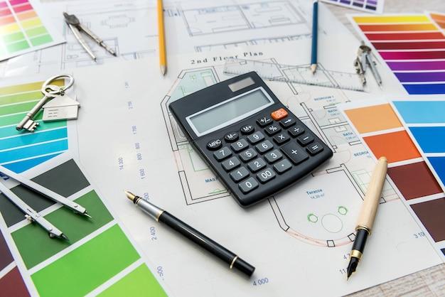 Arquitetura de design desenhando plantas de paleta de cores de renovação no escritório