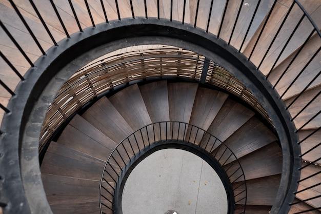Arquitetura de escadaria de madeira, escadas para baixo