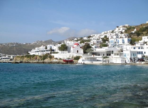 Arquitetura de ilhas gregas coloridas branco na encosta do antigo porto de mykonos, ilha de mykonos, grécia
