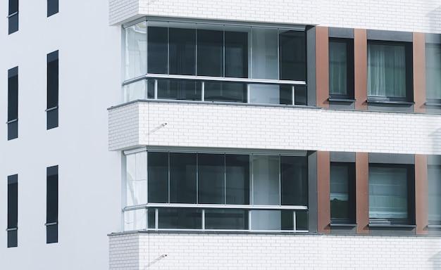 Arquitetura de prédios de apartamentos recém-construídos e conceito de imóveis residenciais