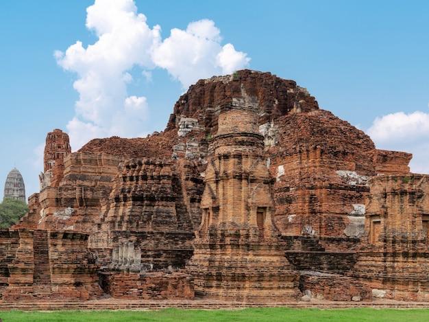Arquitetura de ruínas de tijolos vermelhos antigos no templo budista wat phra mahathat em ayutthaya, tailândia, local de viagens, marco religioso