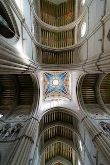 Arquitetura de teto na catedral de almudena em madri, espanha