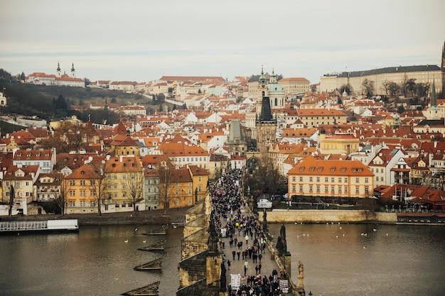 Arquitetura do cais da cidade velha e a ponte carlos sobre o rio moldava em praga, república tcheca.