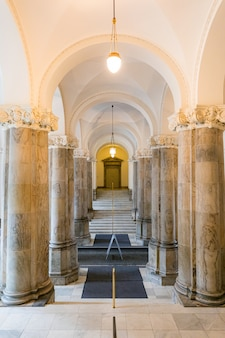 Arquitetura do corredor do edifício do parlamento em copenhague, dinamarca.
