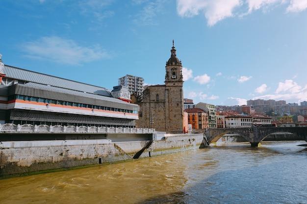 Arquitetura do edifício e paisagem urbana na cidade de bilbao espanha