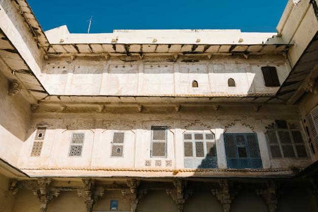 Arquitetura do palácio da cidade em udaipur rajastão, índia