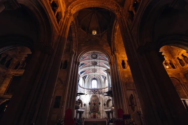 Arquitetura e vista interna da antiga catedral e arcos altos e colunas