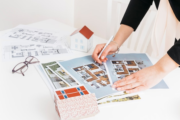 Arquitetura feminina trabalhando no projeto da casa