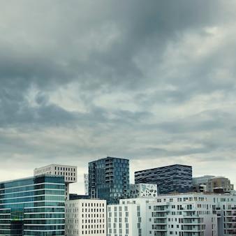 Arquitetura moderna de arranha-céus no centro da cidade de oslo, na noruega