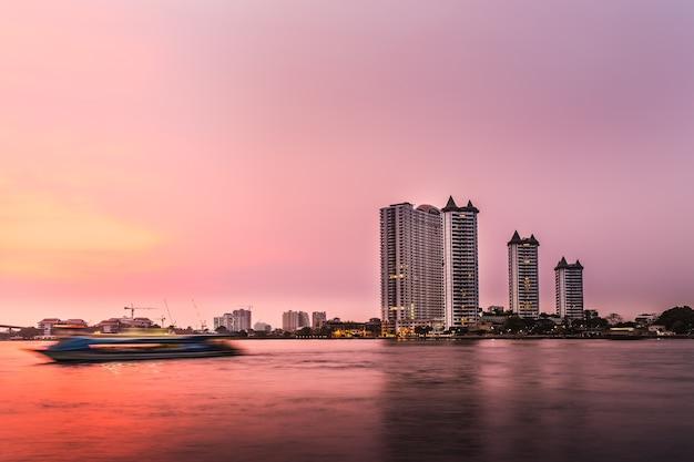 Arquitetura moderna de construção e pôr do sol no lago putrajaya