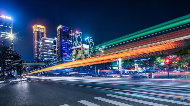 Arquitetura moderna de shenzhen, semáforo de rua e trilha sombreada