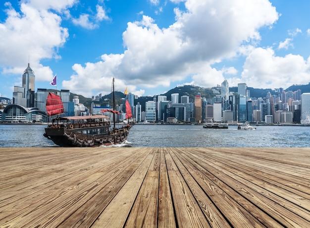 Arquitetura moderna e velejados clássicos em victoria harbour, em hong kong