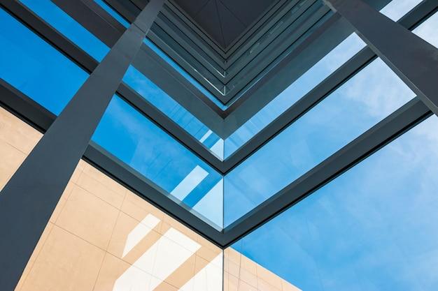Arquitetura moderna, vidro azul esverdeado, estrutura de aço mostrando modernidade, força e profissionalismo