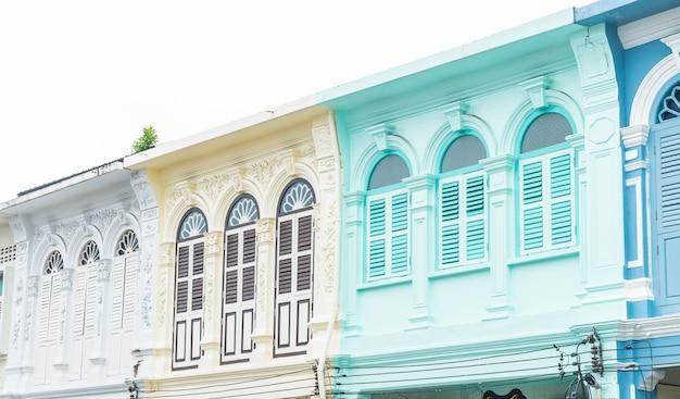 Arquitetura sino-portuguesa do antigo edifício na cidade de phuket.