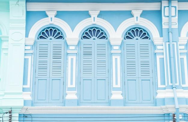 Arquitetura sino-portuguesa do antigo edifício na cidade de phuket. Foto gratuita