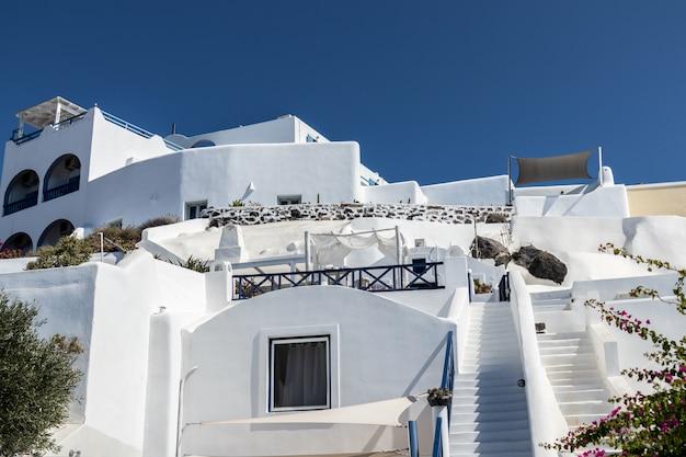 Arquitetura típica de casas na ilha de santorini, na grécia nas cíclades