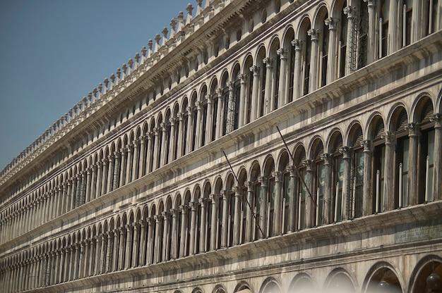 Arquitetura típica dos edifícios da piazza san marco em veneza, um exemplo de construção única e inconfundível.