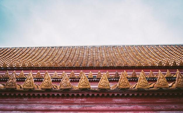 Arquitetura tradicional com ornamentos e estátuas de dragões no telhado de