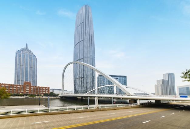 Arquitetura urbana moderna, pontes e vias expressas em tianjin, china