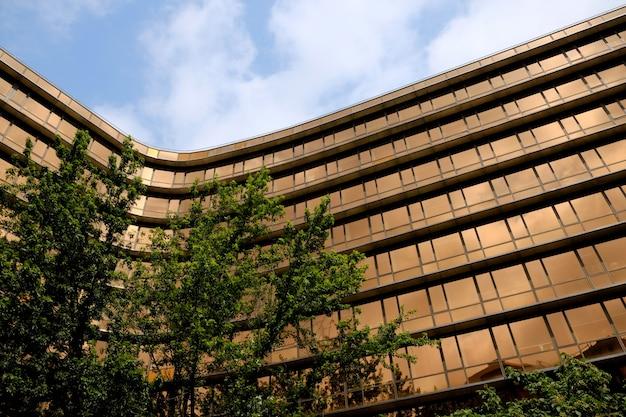 Arquitetura urbana. prédio moderno com fachada de vidro.