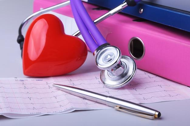 Arquivo de pasta, estetoscópio, coração vermelho e prescrição rx na mesa