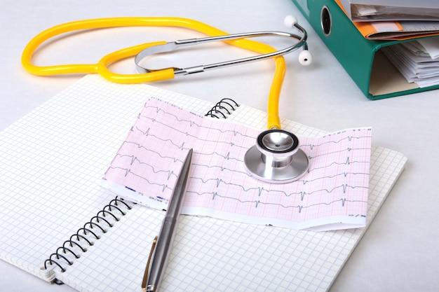 Arquivo de pasta, estetoscópio e rx prescrição na mesa