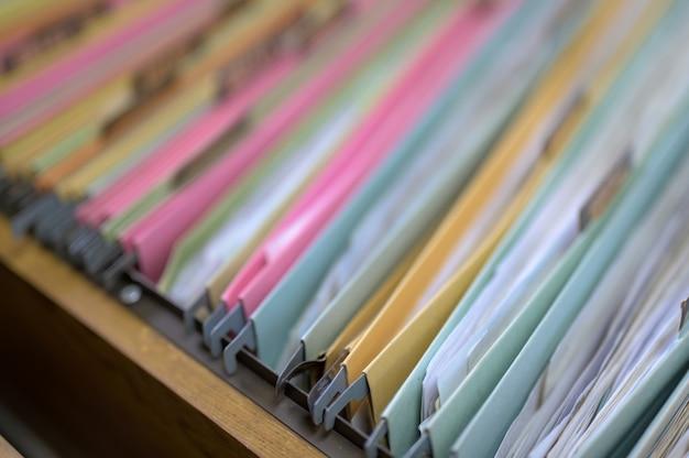 Arquivo no armário de arquivo do escritório