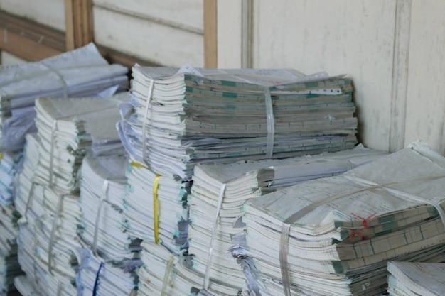 Arquivos antigos empilhados em uma ordem confusa.