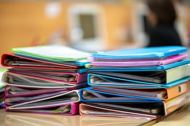 Arquivos de documentos coloridos sobrepostos na mesa do escritório
