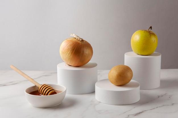 Arragement com maçã, cebola e mel