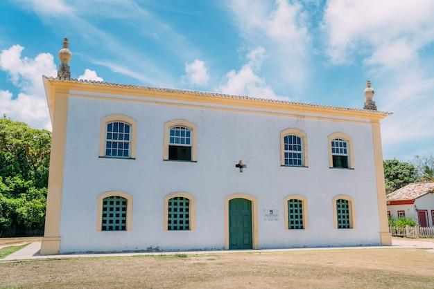 Arraial d'ajuda - bahia - brasil - por volta de janeiro de 2021: igreja nossa senhora da ajuda, no centro histórico do município de arraial d'ajuda, sul da bahia