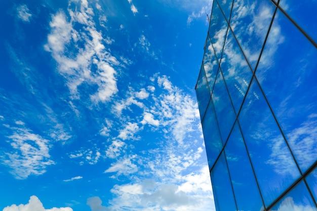 Arranha-céu com fachada de vidro. construção moderna.