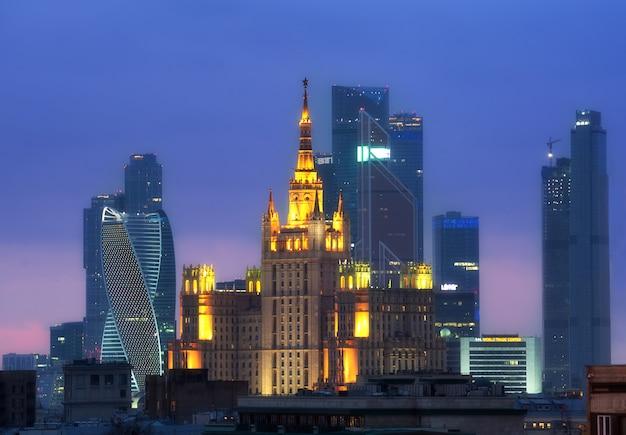 Arranha-céu da cidade de negócios e stalin de moscou construindo panorama aéreo de noite Foto Premium