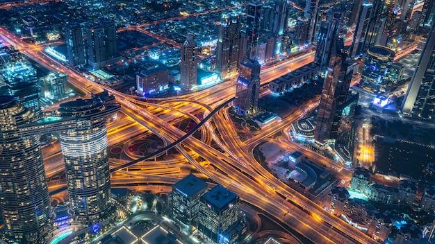 Arranha-céu de construção à noite em dubai
