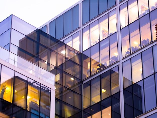 Arranha-céu de edifício de escritórios de londres, trabalho e reunião