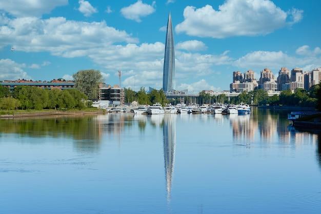Arranha-céu de gazprom em são petersburgo com foda no rio contra