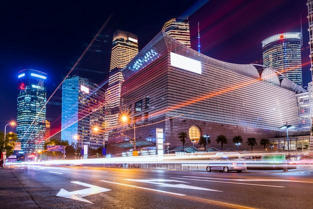 Arranha-céu de shanghai lujiazui e luzes de carro difusa