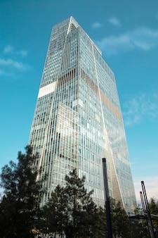 Arranha-céu de vidro na cidade em um dia de verão