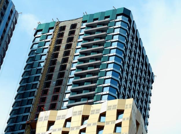Arranha-céu diagonal sob fundo de construção