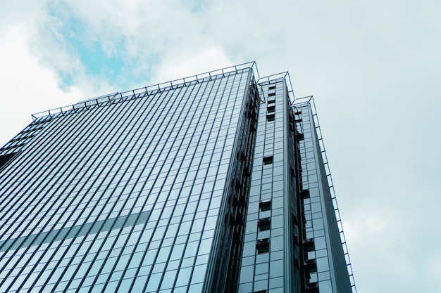 Arranha-céu e torre do centro de negócios, céu azul, conceito do negócio. bandeira