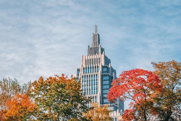 Arranha-céu moderno em moscou. edifício no outono contra o céu azul. rússia.