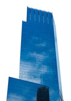 Arranha-céu moderno isolado no branco