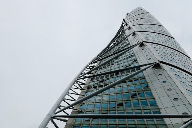 Arranha-céus alto com construção metálica