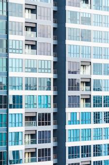 Arranha-céus com janelas e varandas