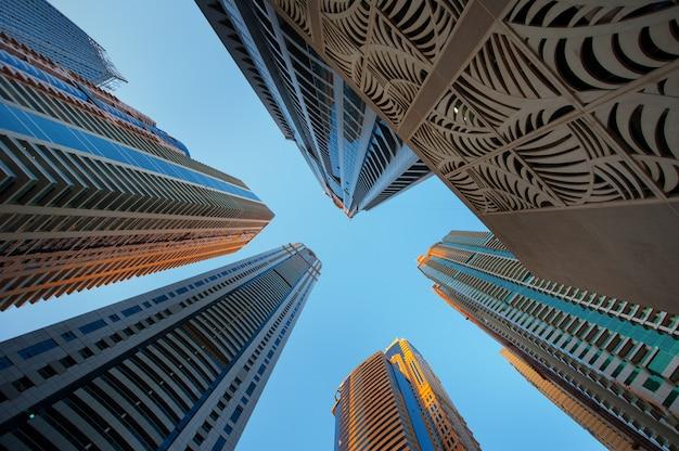 Arranha-céus de escritório no céu