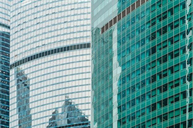 Arranha-céus de negócios e edifícios de escritórios modernos da cidade de moscou contra o céu com negócios de luz solar e plano de fundo da economia
