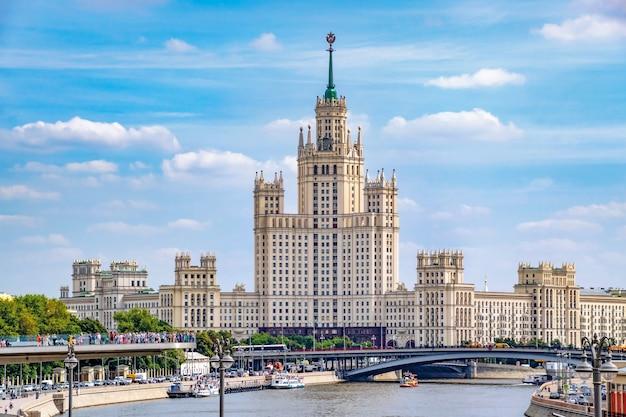 Arranha-céus de stalin no dique de kotelnicheskaya. moscou. rússia