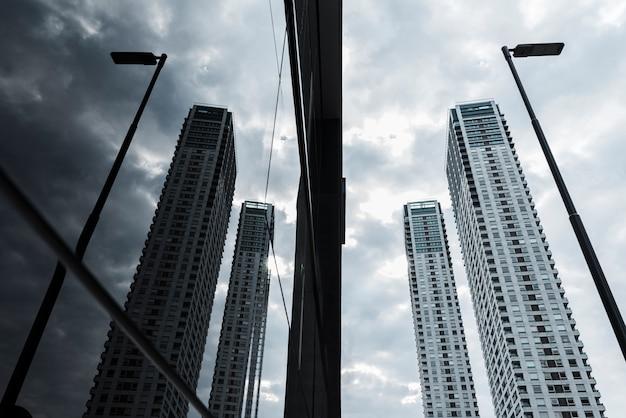 Arranha-céus de vidro baixo ângulo projetado