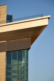 Arranha-céus de vidro modernos do edifício com reflexão do céu nebuloso. fundo do distrito de negócios.