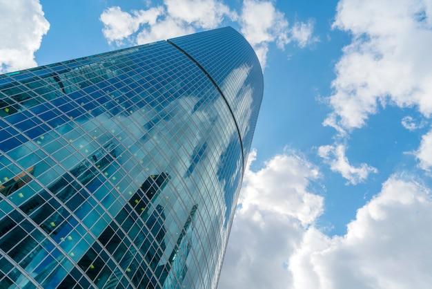 Arranha-céus de vidro no centro da cidade, edifícios modernos,